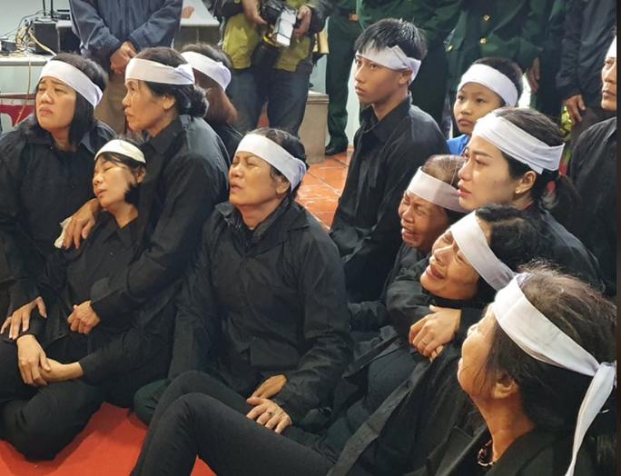 Xúc động hàng ngàn người dân xứ Nghệ dầm mưa tiễn biệt 3 liệt sĩ hi sinh ở Rào Trăng 3 - Ảnh 6.