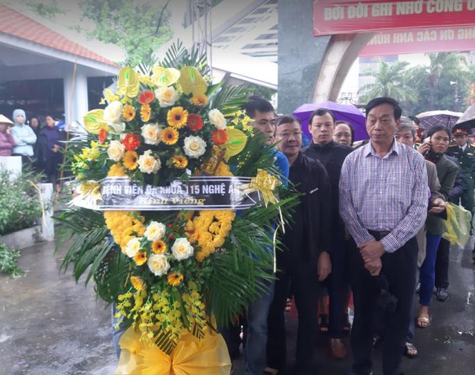 Xúc động hàng ngàn người dân xứ Nghệ dầm mưa tiễn biệt 3 liệt sĩ hi sinh ở Rào Trăng 3 - Ảnh 9.