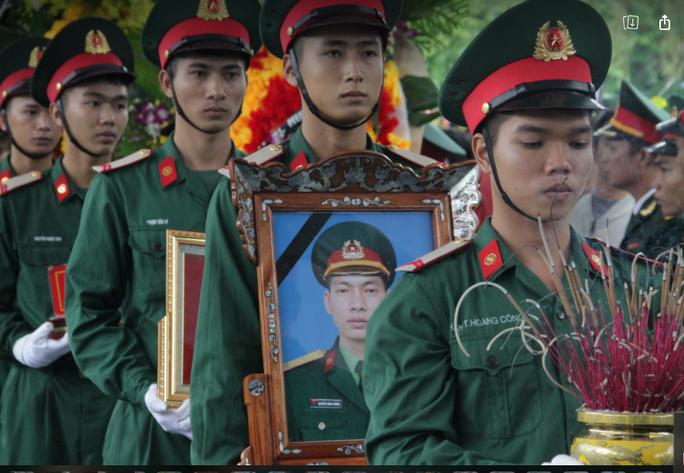 Xúc động hàng ngàn người dân xứ Nghệ dầm mưa tiễn biệt 3 liệt sĩ hi sinh ở Rào Trăng 3 - Ảnh 2.