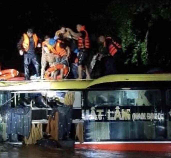 Nghẹt thở giải cứu xe khách giường nằm bị lũ cuốn trôi ở Quảng Bình - Ảnh 1.