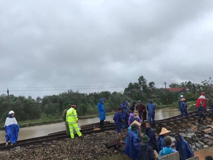 LƯU Ý: Đường sắt hủy bỏ một số chuyến tàu do mưa lũ - Ảnh 1.