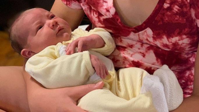 Hòn đảo chào đón em bé đầu tiên được sinh ra sau 93 năm - Ảnh 1.