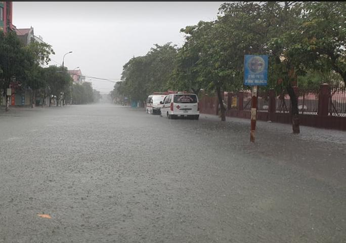 """CLIP: Mưa trắng trời, các tuyến đường TP Hà Tĩnh thành """"sông"""" - Ảnh 6."""