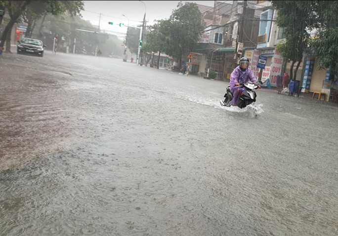 """CLIP: Mưa trắng trời, các tuyến đường TP Hà Tĩnh thành """"sông"""" - Ảnh 9."""