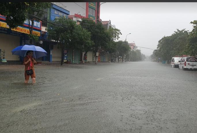 """CLIP: Mưa trắng trời, các tuyến đường TP Hà Tĩnh thành """"sông"""" - Ảnh 2."""