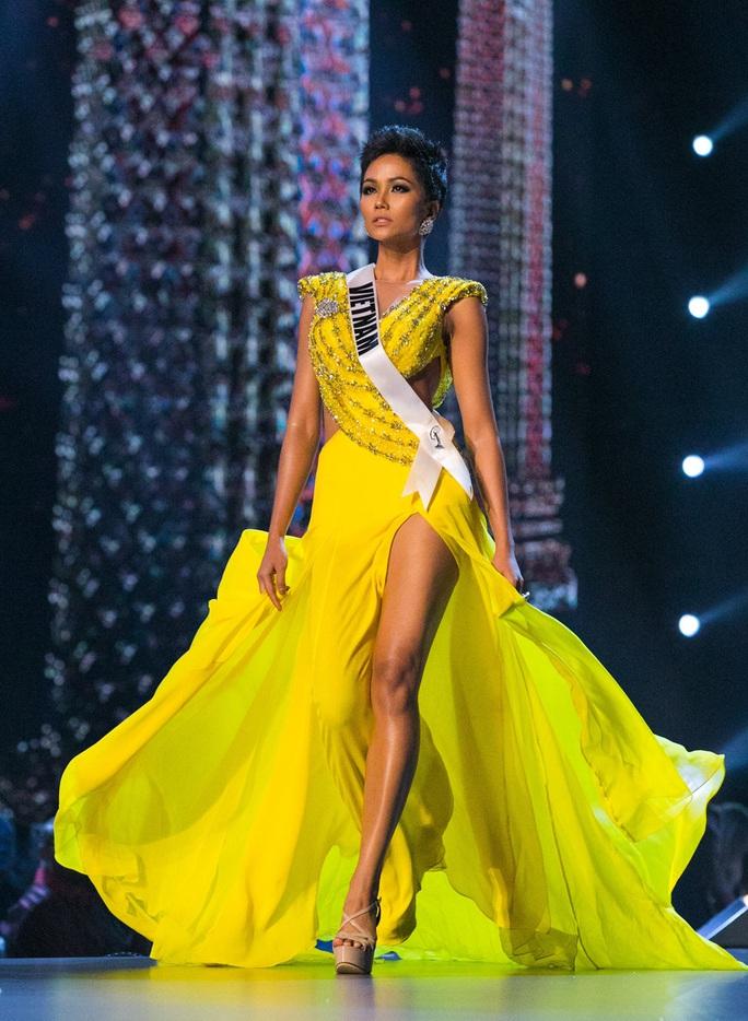 Hoa hậu Hhen Niê bật khóc khi bị chỉ trích làm từ thiện keo kiệt - Ảnh 1.