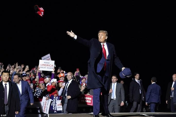 NÓNG: Tổng thống Donald Trump và vợ mắc Covid-19 - Ảnh 4.