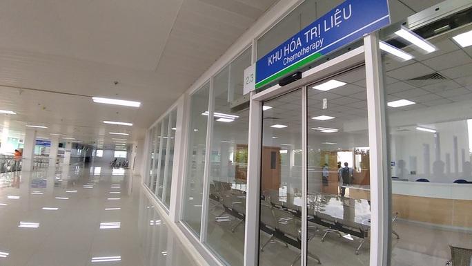 Sáng nay, Bệnh viện Ung Bướu hiện đại nhất TP HCM bắt đầu khám bệnh - Ảnh 1.