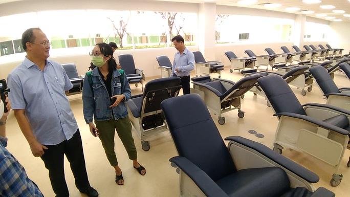 Sáng nay, Bệnh viện Ung Bướu hiện đại nhất TP HCM bắt đầu khám bệnh - Ảnh 2.