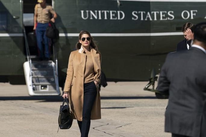 Nữ cố vấn xinh đẹp mắc Covid-19, ông Trump và vợ nhanh chóng xét nghiệm - Ảnh 1.