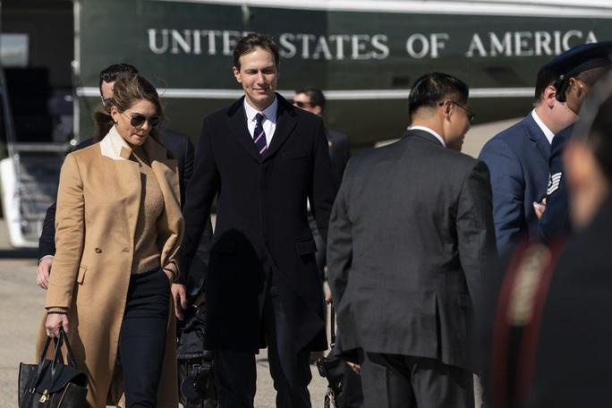 Nữ cố vấn xinh đẹp mắc Covid-19, ông Trump và vợ nhanh chóng xét nghiệm - Ảnh 2.