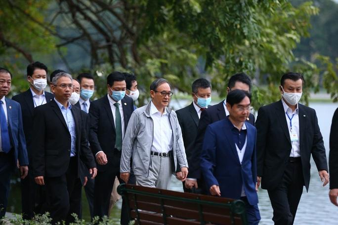 Thủ tướng Nhật Bản Suga Yoshihide đi dạo Hồ Gươm trước khi rời Việt Nam - Ảnh 2.