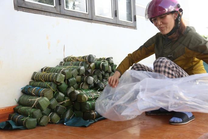 Người dân Đắk Lắk gói hàng ngàn bánh tét gửi tặng miền Trung - Ảnh 4.
