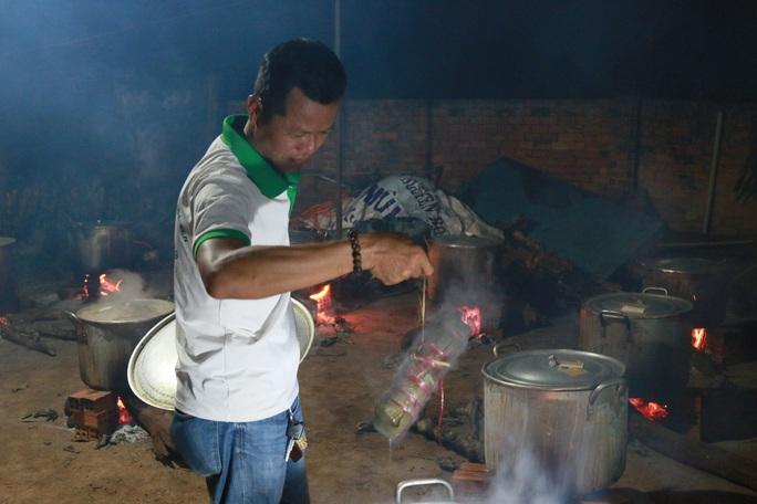 Người dân Đắk Lắk gói hàng ngàn bánh tét gửi tặng miền Trung - Ảnh 2.