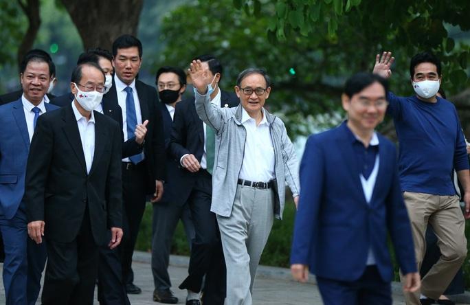 Thủ tướng Nhật Bản Suga Yoshihide đi dạo Hồ Gươm trước khi rời Việt Nam - Ảnh 3.
