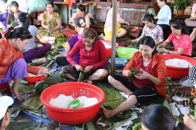 Người dân Đắk Lắk gói hàng ngàn bánh tét gửi tặng miền Trung - Ảnh 1.