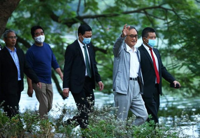 Thủ tướng Nhật Bản Suga Yoshihide đi dạo Hồ Gươm trước khi rời Việt Nam - Ảnh 1.