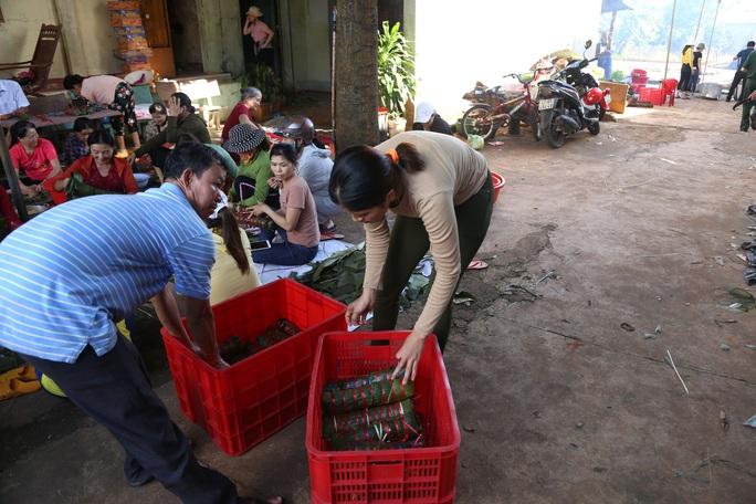 Người dân Đắk Lắk gói hàng ngàn bánh tét gửi tặng miền Trung - Ảnh 3.
