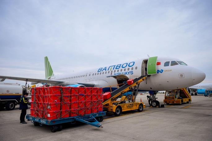 Chuyến bay chở hàng cứu trợ đồng bào miền Trung hạ cánh tại Quảng Bình - Ảnh 1.