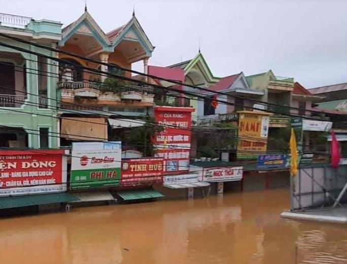 Quảng Bình: Thuyền đánh cá lên phố cứu dân trong cơn đại hồng thủy - Ảnh 1.