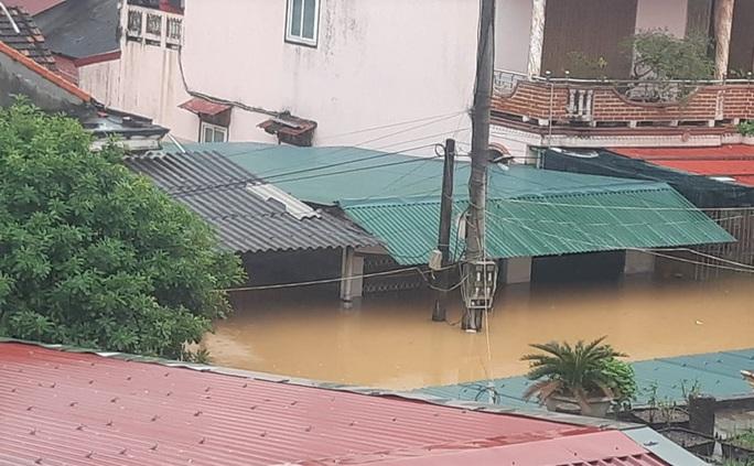 Quảng Bình: Thuyền đánh cá lên phố cứu dân trong cơn đại hồng thủy - Ảnh 2.