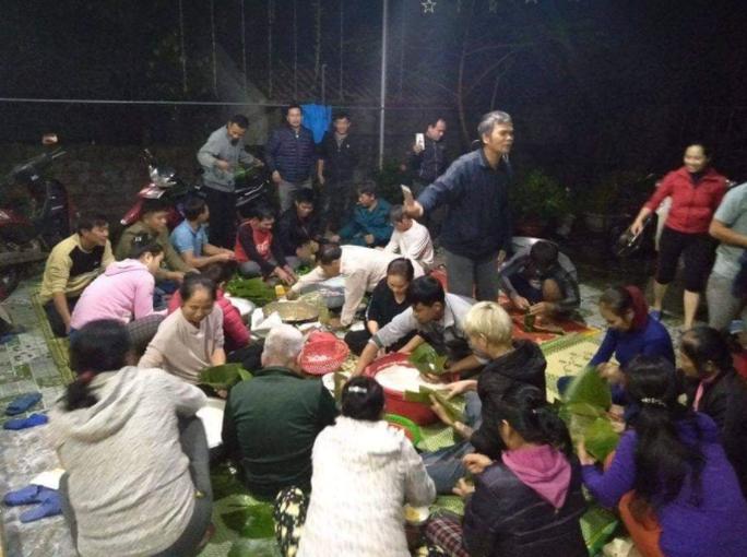 Cảm động người dân Nghệ An thức trắng đêm nấu bánh chưng gửi vào vùng lũ - Ảnh 3.