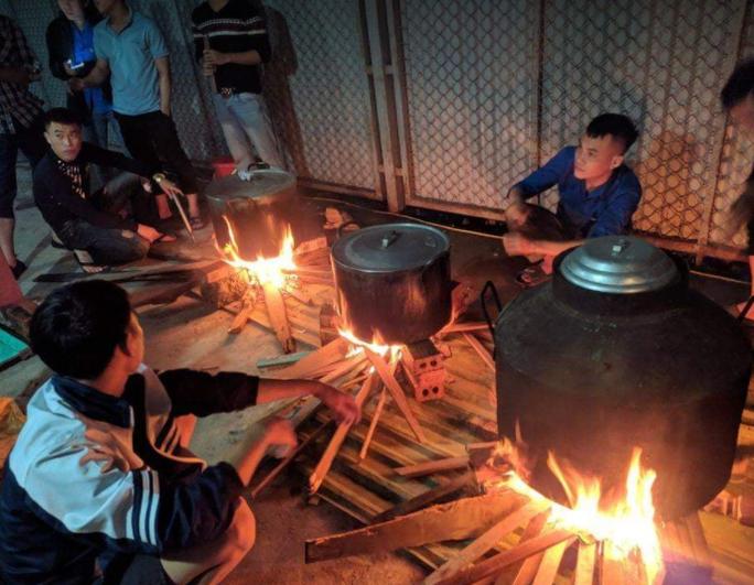 Cảm động người dân Nghệ An thức trắng đêm nấu bánh chưng gửi vào vùng lũ - Ảnh 1.