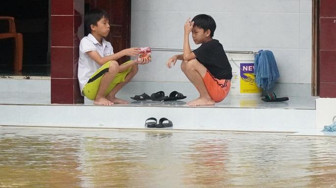 Quảng Trị chìm trong lũ lịch sử, hai đứa trẻ chia nhau gói mì - Ảnh 4.