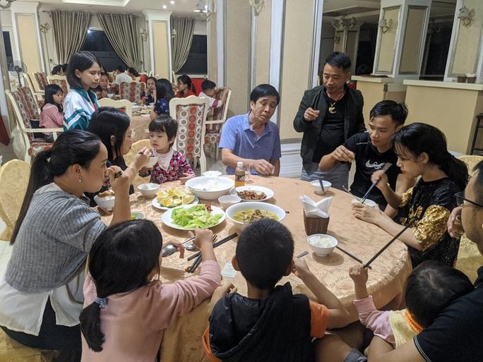 Chạy lũ, hàng trăm người dân được ăn, ở miễn phí tại khách sạn - Ảnh 1.