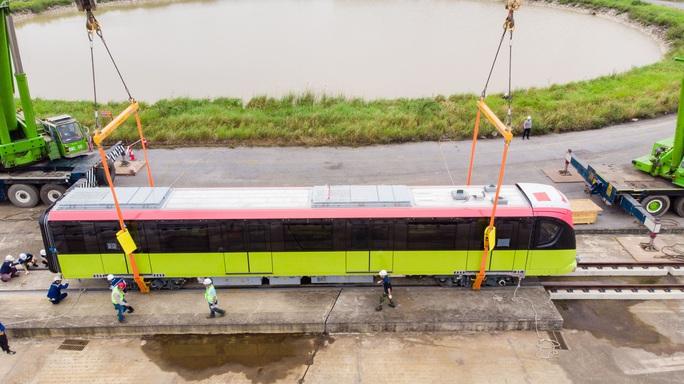 CLIP: Cận cảnh đoàn tàu đường sắt bằng hợp kim nhôm do Pháp sản xuất về đến Hà Nội - Ảnh 3.