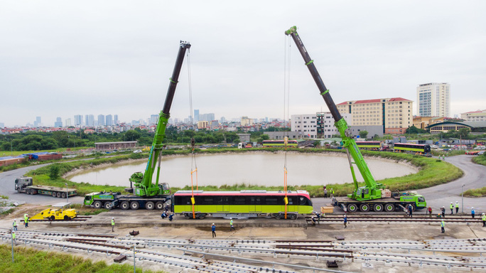 CLIP: Cận cảnh đoàn tàu đường sắt bằng hợp kim nhôm do Pháp sản xuất về đến Hà Nội - Ảnh 4.