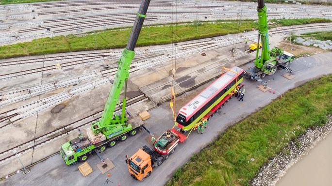 CLIP: Cận cảnh đoàn tàu đường sắt bằng hợp kim nhôm do Pháp sản xuất về đến Hà Nội - Ảnh 5.
