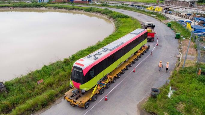 CLIP: Cận cảnh đoàn tàu đường sắt bằng hợp kim nhôm do Pháp sản xuất về đến Hà Nội - Ảnh 7.