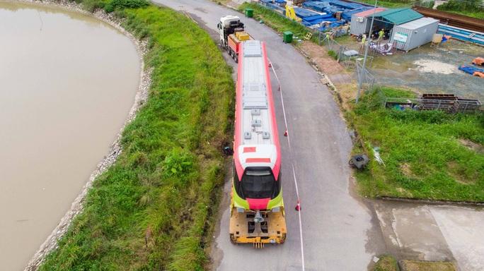 CLIP: Cận cảnh đoàn tàu đường sắt bằng hợp kim nhôm do Pháp sản xuất về đến Hà Nội - Ảnh 8.