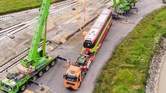 CLIP: Cận cảnh đoàn tàu đường sắt bằng hợp kim nhôm do Pháp sản xuất về đến Hà Nội - Ảnh 9.