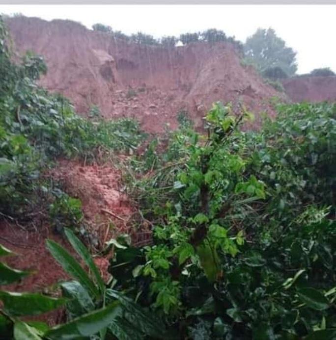 Tỉnh lộ bị cắt đứt hoàn toàn, sạt lở đất vùi lấp một nhà dân - Ảnh 3.