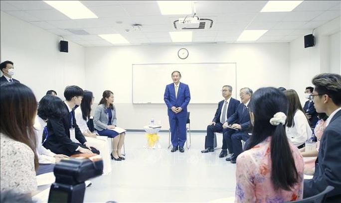 Thủ tướng Nhật Bản kể với sinh viên Việt Nam về thời niên thiếu của mình - Ảnh 1.