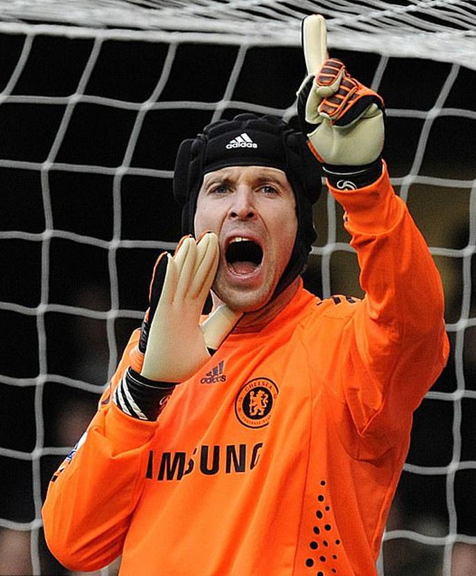 Lạ lùng: Giám đốc Petr Cech tái xuất… làm thủ môn Chelsea - Ảnh 1.