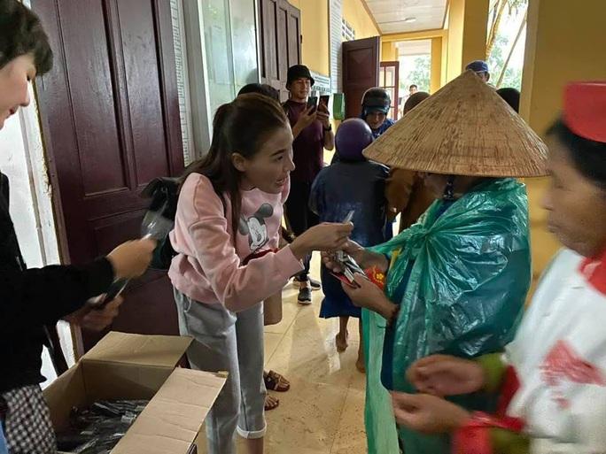 Nghệ sĩ Hoài Linh góp sức hỗ trợ người dân vùng lũ miền Trung - Ảnh 6.