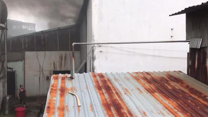 Cháy dữ dội tại một xưởng gỗ ở KCN Bình Chiểu - Ảnh 1.