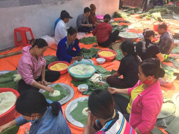 Thức thâu đêm gói hàng chục ngàn chiếc bánh chưng gửi đồng bào miền Trung - Ảnh 1.