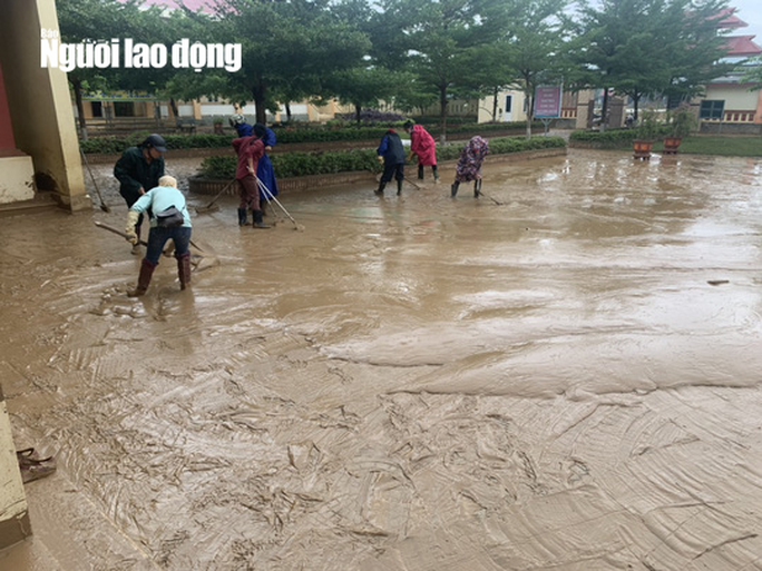 """Quảng Bình: Rác thải, bùn đất chất từng lớp 'bủa vây"""" trường lớp sau khi lũ rút - Ảnh 8."""