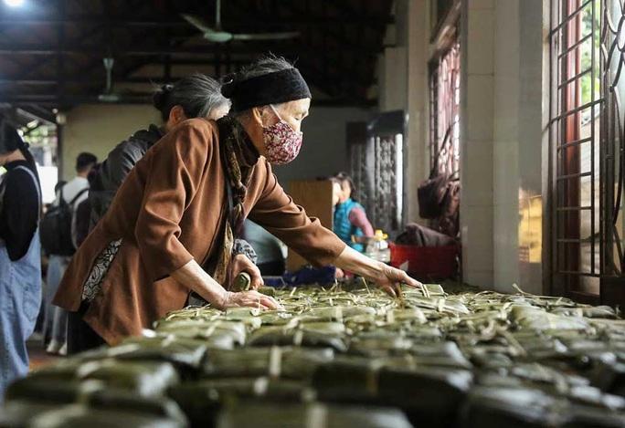 Thức thâu đêm gói hàng chục ngàn chiếc bánh chưng gửi đồng bào miền Trung - Ảnh 21.