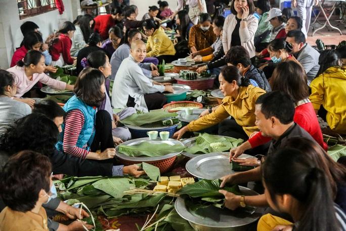Thức thâu đêm gói hàng chục ngàn chiếc bánh chưng gửi đồng bào miền Trung - Ảnh 16.