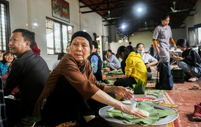 Thức thâu đêm gói hàng chục ngàn chiếc bánh chưng gửi đồng bào miền Trung - Ảnh 17.