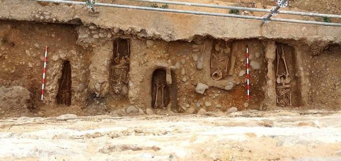 Bí ẩn kép về 11 hài cốt giấu dưới tường làng 800 năm - Ảnh 1.