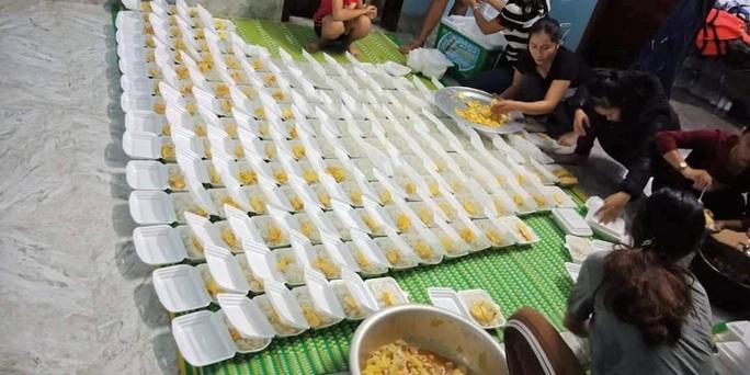 Góp tiền nấu cơm cứu trợ người dân trong cơn đại hồng thủy - Ảnh 4.