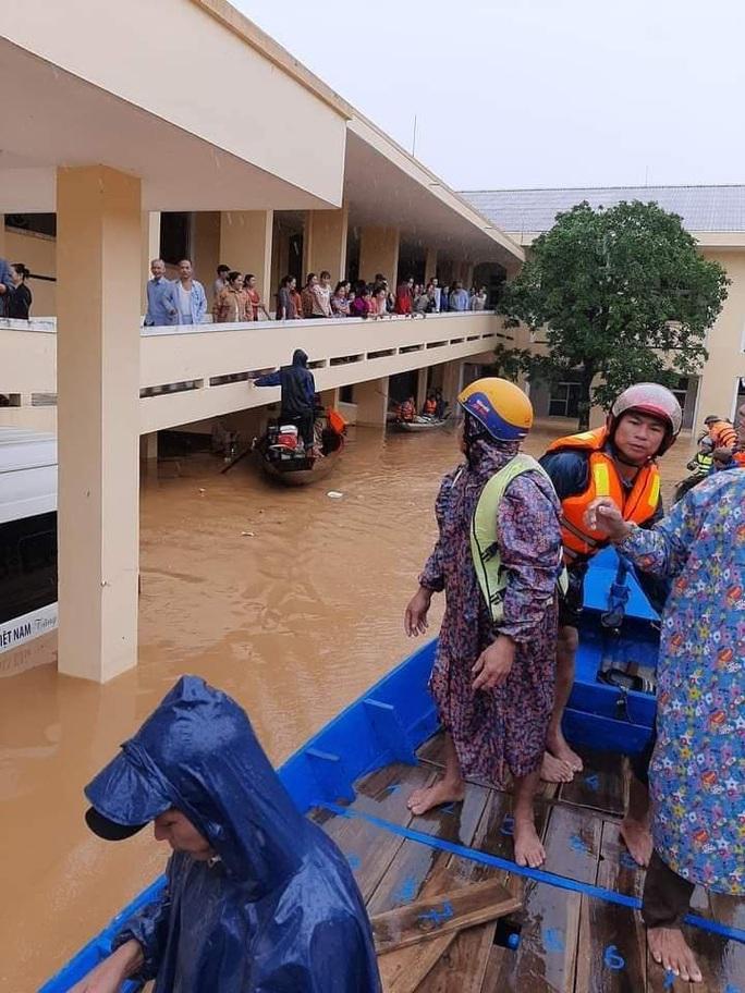 Góp tiền nấu cơm cứu trợ người dân trong cơn đại hồng thủy - Ảnh 3.