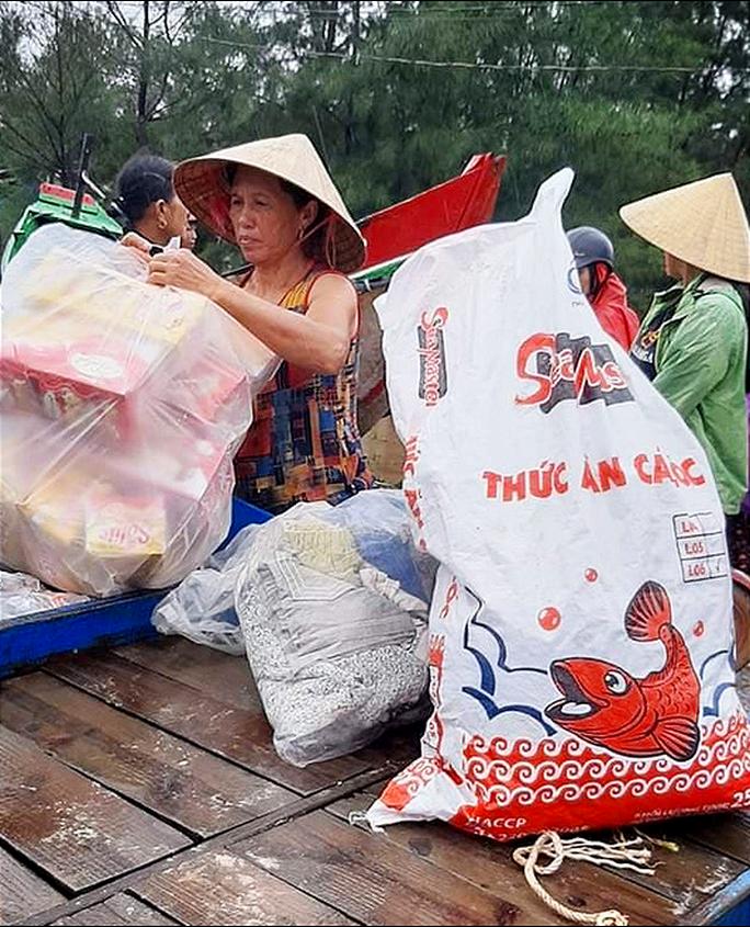 Góp tiền nấu cơm cứu trợ người dân trong cơn đại hồng thủy - Ảnh 2.