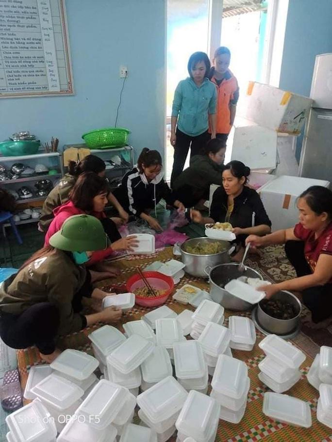 Góp tiền nấu cơm cứu trợ người dân trong cơn đại hồng thủy - Ảnh 1.